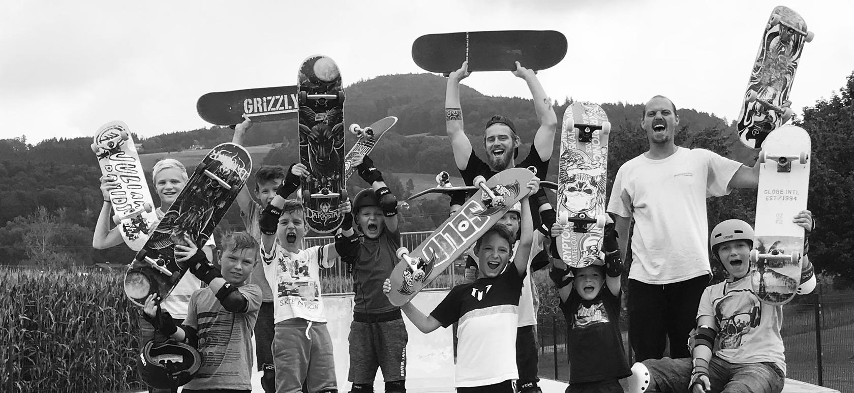 Kinder mit Skateboard